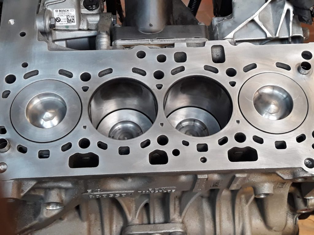 Zylinderkopf und Rumpfmotor überarbeitet und gehont - Bild 1