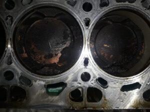 Ablagerungen auf den Kolben, hier wurde Öl verbrannt