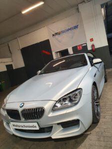 Kundenfahrzeug: BMW 650i mit N63B44B Motor von vorne rechts, vor der Werkstatt