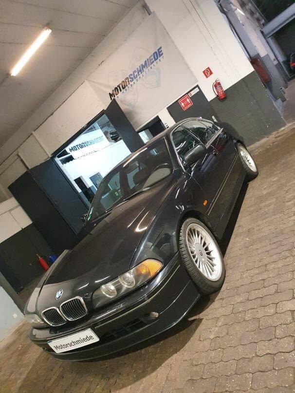 Kundenfahrzeug BMW E39 540i mit M62B44TU-Motor steht zur Motorüberholung vor der Werkstatt