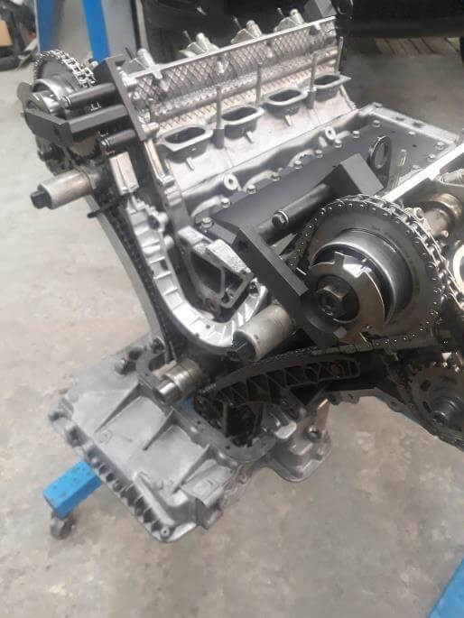 Montage des BMW M62B44TU Motorblocks