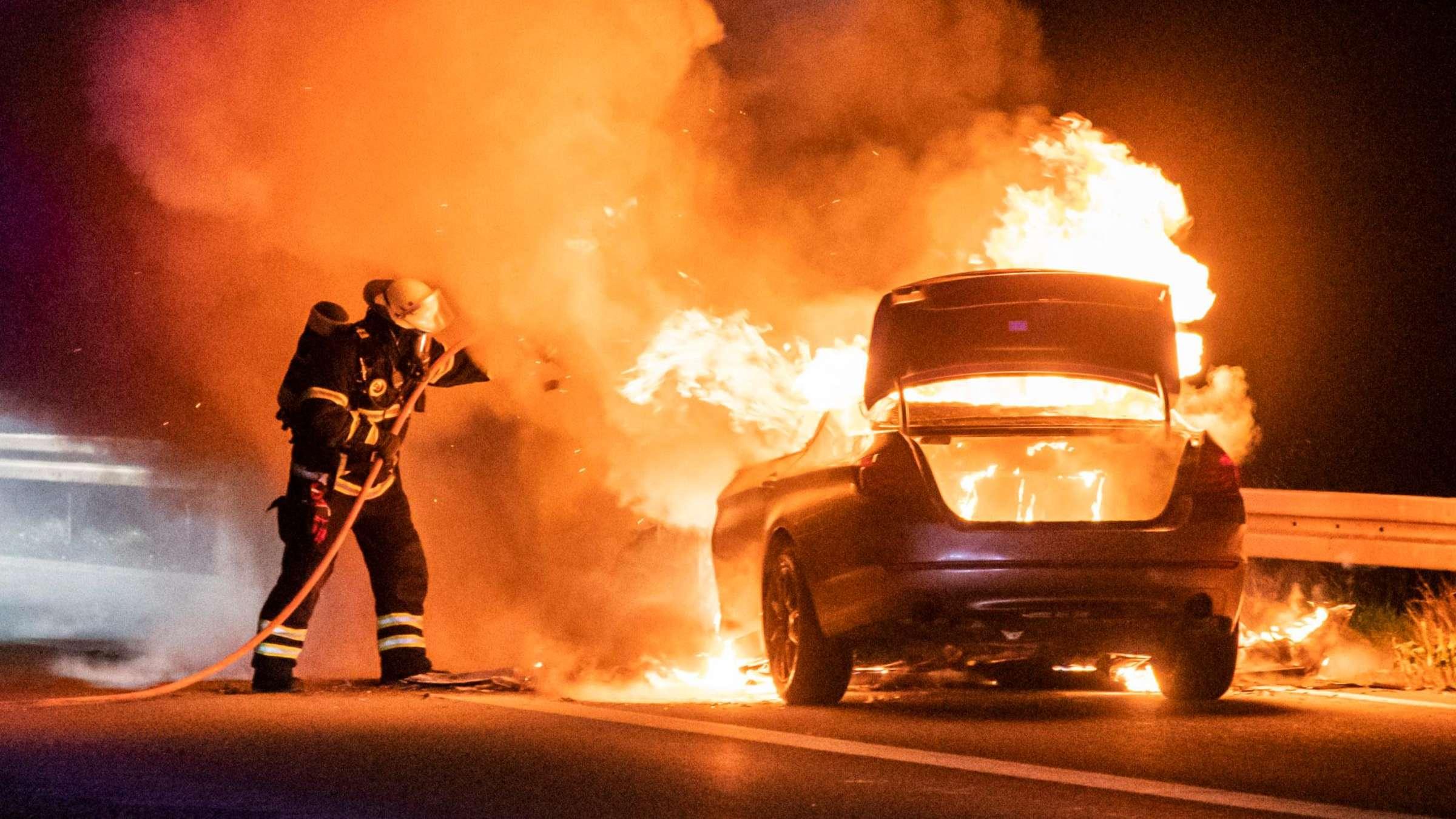 YouTube Screenshot: 5er BMW 535d steht brennend auf dem Randstreifen